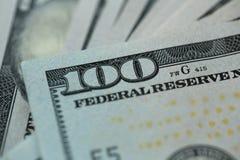 Stäng sig upp av 100 dollar räkning i USA-valuta Arkivfoto