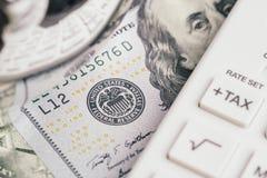 Stäng sig upp av dollarsedeln för USA Amerika med FED, emblem för federal reserv, och Franklin vänder mot med skattknappen på räk royaltyfri foto
