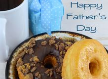 Stäng sig upp av donuts eller munkar, på en brun keramisk platta Bra bild för donuts och farsor för faders dag i Juni royaltyfria foton