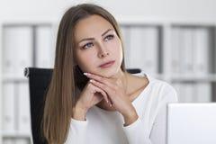 Stäng sig upp av drömlik blond kvinna i ett vitt kontor arkivfoto