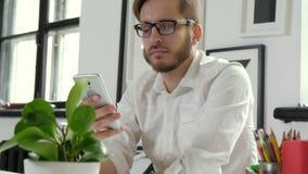 Stäng sig upp av en affärsman genom att använda mobiltelefon20-tal 4k stock video