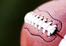 Stäng sig upp av en amerikansk fotboll arkivbilder