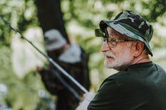 Stäng sig upp av en angenäm man som rymmer en stång fotografering för bildbyråer