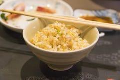 Stäng sig upp av en bunke av vitlök stekte ris Royaltyfria Bilder