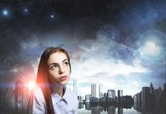 Stäng sig upp av en drömlik ung kvinna, nattstad royaltyfri fotografi