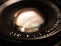 St?ng sig upp av en DSLR-fotolins arkivbild
