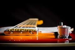 Stäng sig upp av en elektrisk gitarr för tappning som ser ner halsen Arkivbild
