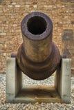 Stäng sig upp av en gammal rostig kanon i krigmuseet i fortet St Elmo royaltyfria bilder