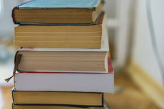 Stäng sig upp av en grupp av pappers- böcker, romaner Begreppsutbildning royaltyfri fotografi