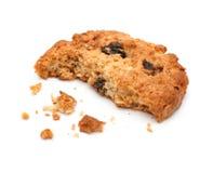 Stäng sig upp av en halv äten kaka med smula mot royaltyfria bilder