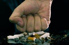 Stäng sig upp av en hand som föreställer röka för STOPP Värld ingen tobakdag arkivbilder