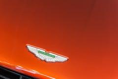 Stäng sig upp av en huv och en logo av en Aston Martin Arkivfoton