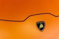 Stäng sig upp av en huv och en logo av en Lamborghini Huracan Royaltyfria Bilder