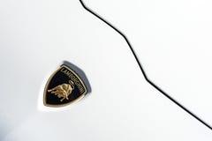 Stäng sig upp av en huv och en logo av en Lamborghini Huracan fotografering för bildbyråer
