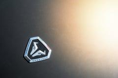 Stäng sig upp av en huv och en logo av ett Italdesign bilbegrepp Arkivbild