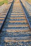 Stäng sig upp av en isolerad järnväg linje med raka järnvägsspår som leder in i avståndet Royaltyfri Fotografi