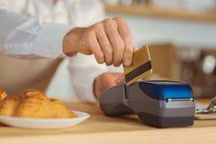 Stäng sig upp av en kreditkort som används för betalning Arkivbilder