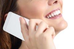 Stäng sig upp av en kvinna som ler och kallar på mobiltelefonen Arkivbilder