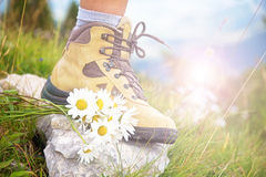 Stäng sig upp av en kvinnafot i en fotvandra sko Arkivbilder