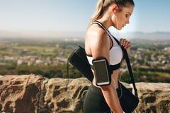 Stäng sig upp av en kvinnlig idrottsman nen som tillbaka går efter genomkörare arkivfoton