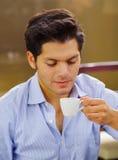Stäng sig upp av en läcker medelhavs- frukost, den varma mannen som dricker en kopp av choklad på brun bakgrund Fotografering för Bildbyråer