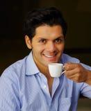 Stäng sig upp av en läcker medelhavs- frukost, den varma mannen som dricker en kopp av choklad på svart bakgrund Arkivbilder