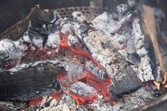 Stäng sig upp av en lägerbrand royaltyfria bilder