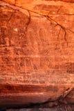 Stäng sig upp av en petroglyph på vaggakanjonväggen i snökanjondelstatspark i Utah Royaltyfri Bild