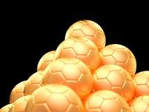 Stäng sig upp av en pyramid som göras ut ur guld- fotbollbollar Arkivfoto