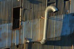 Stäng sig upp av en sida av metall sid byggnadsväggen Arkivfoto