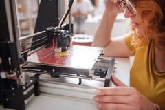 Stäng sig upp av en skrivare som 3D är i arbete Royaltyfri Fotografi