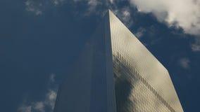 Stäng sig upp av en skyskrapa i Manhattan arkivfilmer
