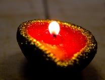 Stäng sig upp av en tänd diya för olje- lampa under Diwali berömmar i Indien Diwali är en av den störst indiska festivaler firade Arkivfoton
