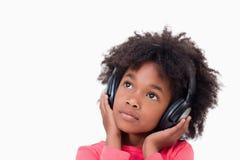 Stäng sig upp av en tyst flicka som lyssnar till musik Royaltyfri Bild