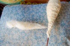 Stäng sig upp av en ull för att arbeta på för whoolsjal för vävstol fabriks- kläder i Nepal Royaltyfri Bild