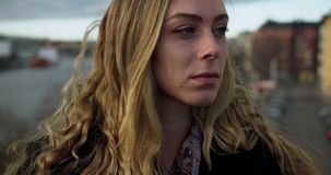 Stäng sig upp av en ung affärskvinna på en bro i Stockholm lager videofilmer