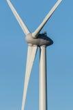 Stäng sig upp av en vindturbin mot en blå himmel Royaltyfri Fotografi