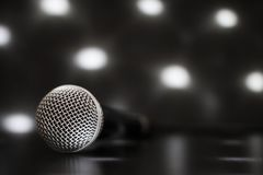 Stäng sig upp av en yrkesmässig mikrofon med suddiga ljus i Royaltyfri Bild