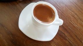 Stäng sig upp av espressokaffe i den vita koppen Top beskådar Royaltyfria Bilder