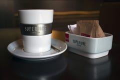 Stäng sig upp av espressokoppen och sockerbunken royaltyfri fotografi