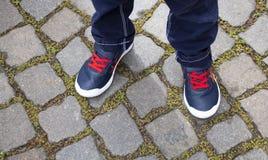 Stäng sig upp av ett barns skor royaltyfria foton