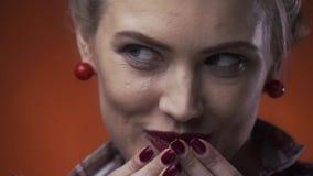 Stäng sig upp av ett härligt stift upp flicka med röd läppstift och att få blygt och le, ultrarapid arkivfilmer