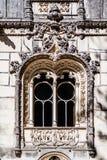 Stäng sig upp av ett mycket utsmyckat fönster i den Regaleira slotten arkivfoto