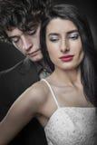 Stäng sig upp av ett nytt par på deras bröllopnatt arkivfoton