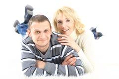 Stäng sig upp av ett par som ligger på se för golv Arkivbilder