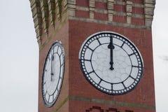 Stäng sig upp av ett stort klockatorn arkivfoton