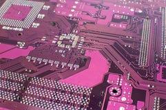 Stäng sig upp av ett utskrivavet purpurfärgat datorströmkretsbräde Arkivfoton