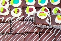 Stäng sig upp av ett val av färgrika donuts. Royaltyfri Foto