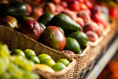 Stäng sig upp av exotiska frukter i shoppa Royaltyfria Bilder