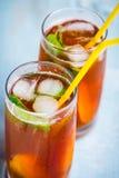 Stäng sig upp av exponeringsglas med hemlagat iste, den smaksatte persikan Klipp nytt persikaskivor för ordning Top beskådar Royaltyfri Bild